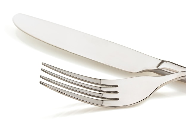 白い背景の上のナイフとフォーク