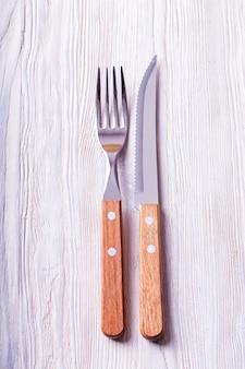 木製の柄が付いたナイフとフォーク。