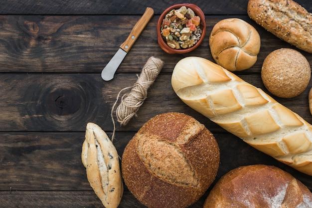 Нож и веревка возле свежего хлеба Бесплатные Фотографии