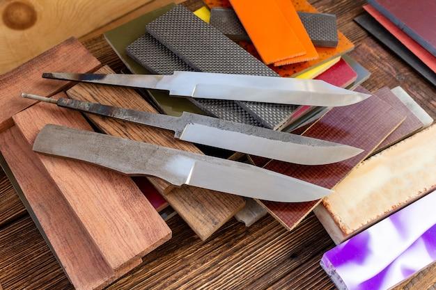 ナイフの刃、ナイフの柄の素材ミカルタ、カーボン、アクリル複合材、木材