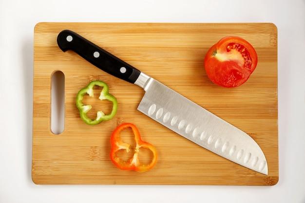 まな板の上に三徳のような刃で普遍的なナイフ料理