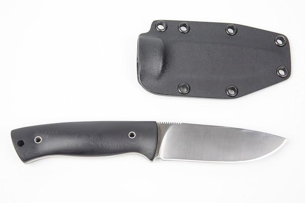 흰색 플라스틱 케이스에 캠핑과 사냥을위한 칼. 절삭 도구