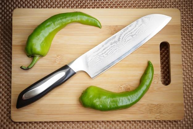 도마에 다마스크강 칼날이 있는 칼 주방