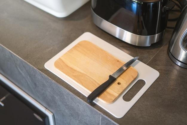 キッチンカウンターのまな板の上のナイフ