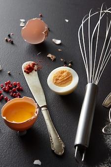 고추, 금속 털, 날달걀과 삶은 달걀 반쪽을 곁들인 칼