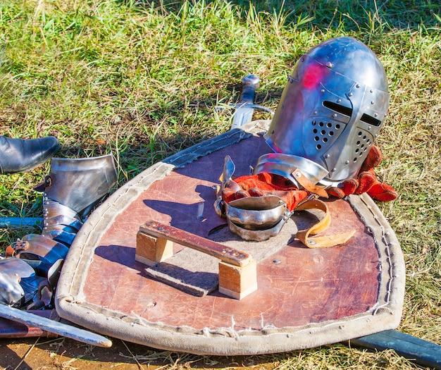 Рыцарские доспехи на траве.