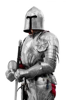 Рыцарь в блестящей металлической броне. надежная безопасность и страхование.