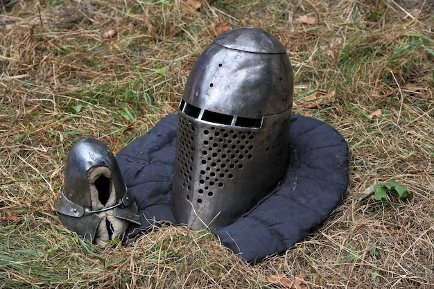 Рыцарский шлем и рукавица для исторических реконструкций средневековых сражений. рыцарские доспехи.