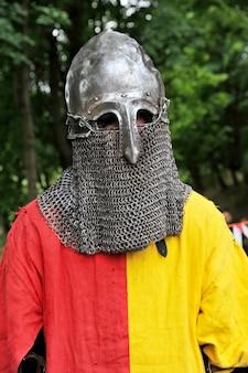 중세 전투의 역사적 재구성을위한 기사의 헬멧. 군대 옷. 기사의 옷. 기사 갑옷.
