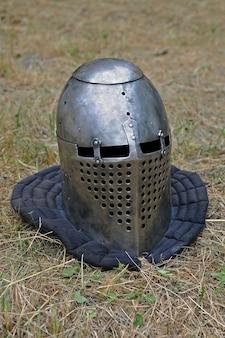 중세 전투의 역사적 재구성을위한 기사의 헬멧.