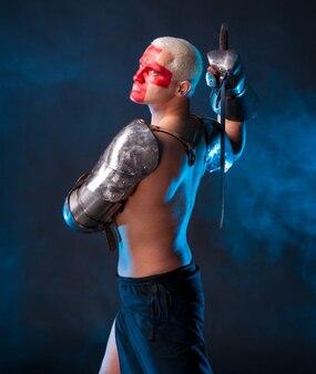 青い煙のような背景に剣を持つ騎士