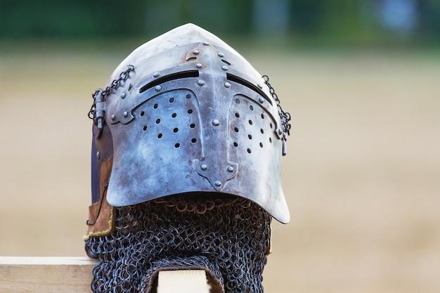 ぼやけた背景の騎士のヘルメット。騎士の戦闘鎧_