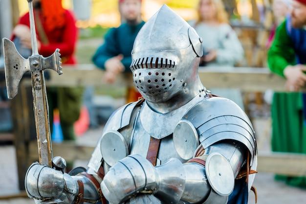 Рыцари в средневековых доспехах на турнире. фото высокого качества