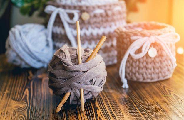 Вязаные корзины на деревянном столе. Premium Фотографии