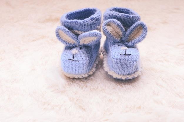 Вязаные синие пинетки с кроличьей мордочкой для маленького мальчика