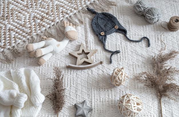 Abbigliamento per bambini lavorato a maglia su uno sfondo chiaro con accessori.
