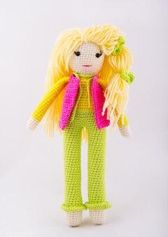 明るい服を着たニット人形