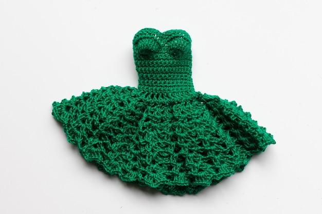Вязаное зеленое платье для куклы.
