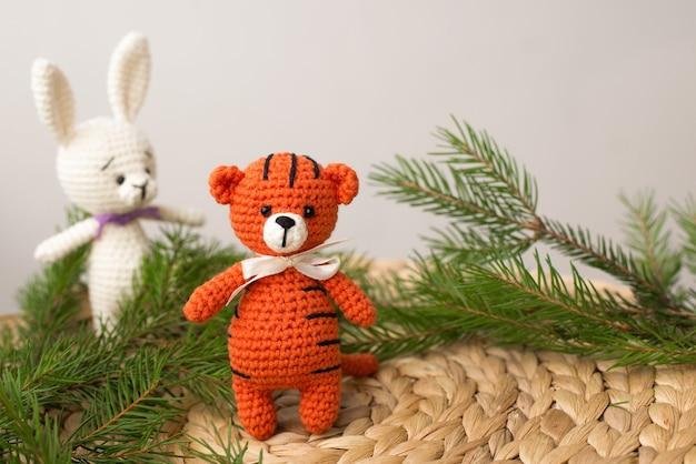 니트 작은 주황색 귀여운 호랑이 새끼와 2022년 새해의 상징을 복사할 장소