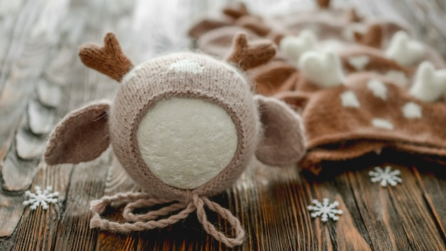 Вязаные шапки для новорожденных для фотосессии в детской рождественской студии на деревянном фоне крупным планом. милый дизайн детской одежды