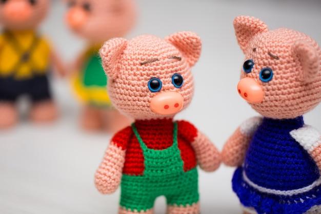 子供のためのニット子豚のおもちゃ。新年のシンボル。