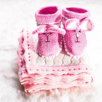 小さな女の子のためのニットピンクのベビーブーツと毛布