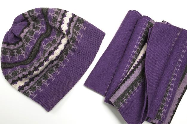 白い背景で隔離の飾りとスカーフのニット紫帽子