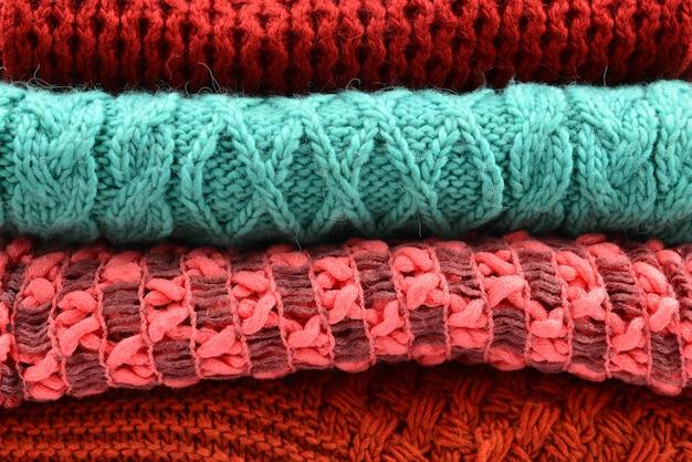 Вязаные красные оранжевые зеленые шарфы