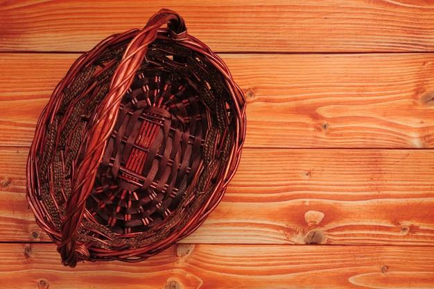 木製のテーブルの上の編まれたわらのバスケット