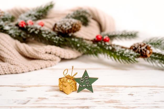 Вязаный свитер и елка на рождественский праздник белый фон копией пространства,