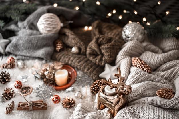 Maglione lavorato a maglia e decorazioni natalizie, vista dall'alto. natura morta