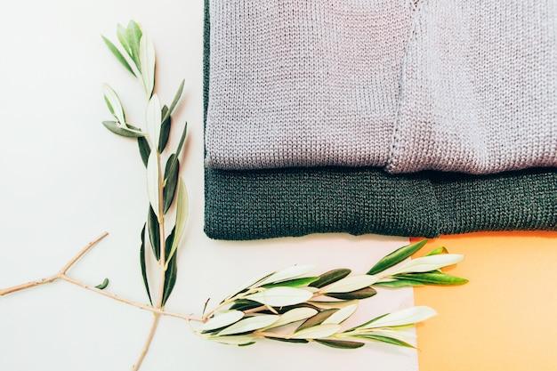 ニットのセーターがテーブルの上にあります。レディースウールカーディガン。ハンドメイドジャケットレディース冬物。上からの眺め。