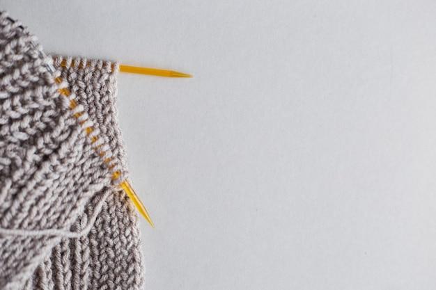 뜨개질 바늘이 달린 니트 스웨터 뜨개질 수업 개념