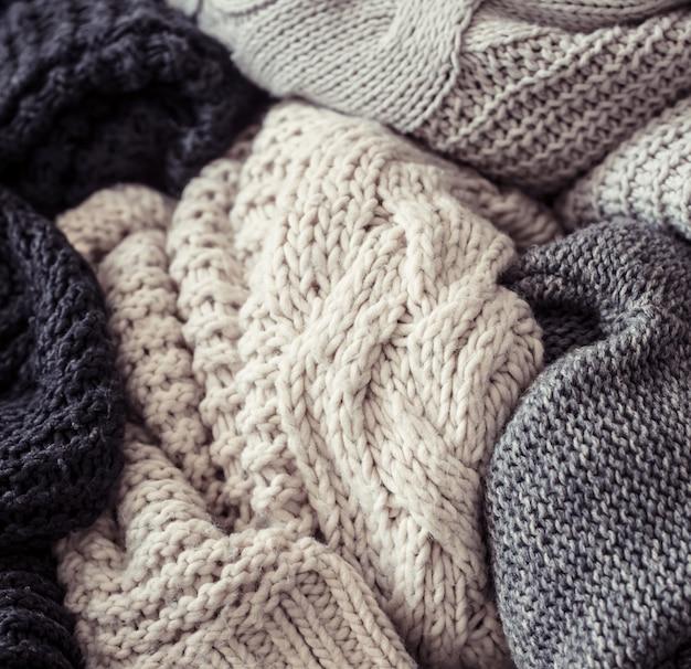 Maglione lavorato a maglia su un fondo di legno