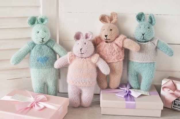 Вязаные игрушки кролики