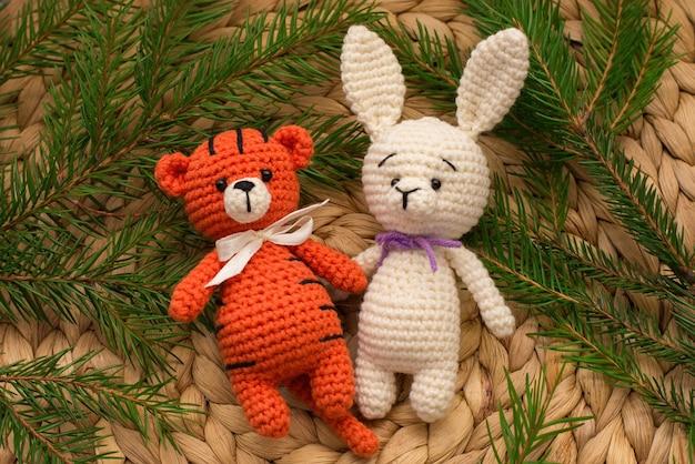 Вязаные игрушки тигр и заяц символ нового года