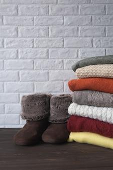 따뜻한 니트 스웨터와 슬리퍼. 가을과 겨울 옷.