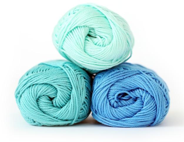編み物、クローズアップ。テーブルの上の青い糸