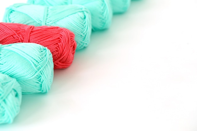 뜨개질, 클로즈업. 테이블에 파란색 스레드