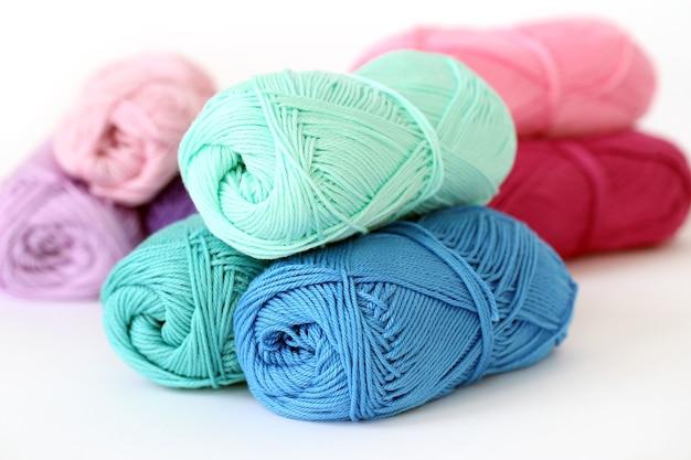 뜨개질, 클로즈업. 테이블에 다채로운 스레드