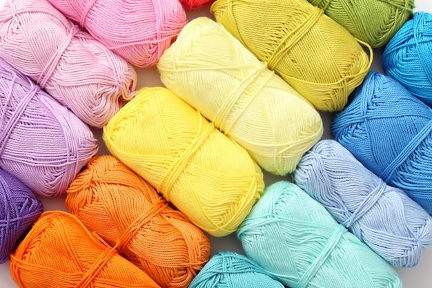 Lavoro a maglia, primo piano. fili colorati sul tavolo
