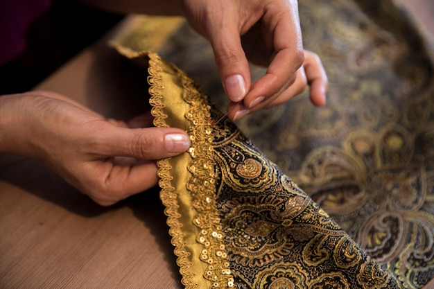 Knitting golden ribbon to the carpet