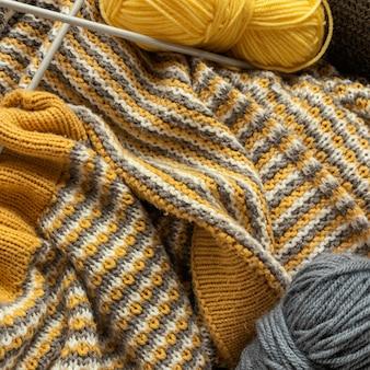編み針とウールのクローズアップ