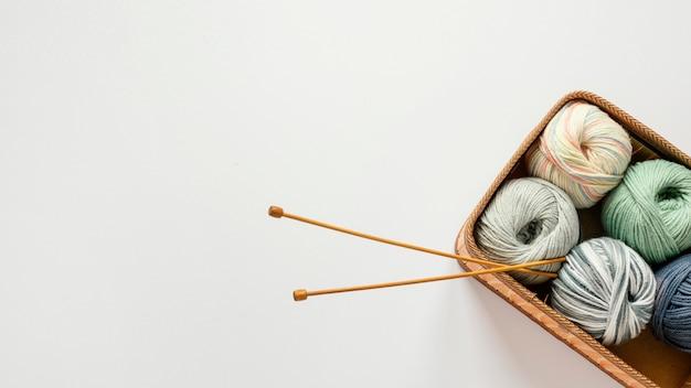 かごの中の編み針と羊毛