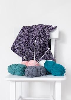 Вязание спицами и шерстью на стуле