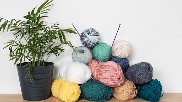テーブルの上の編み針とウール