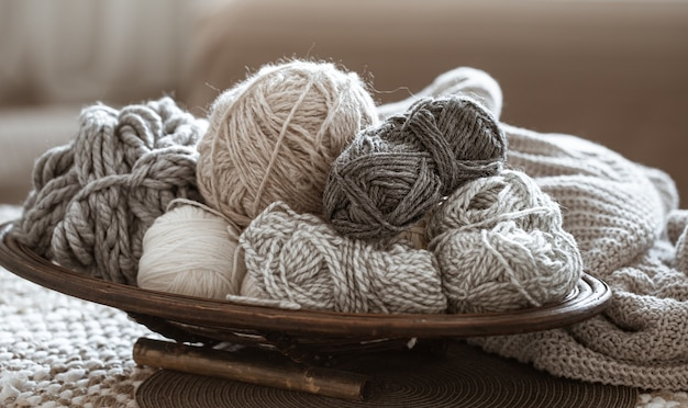 テーブルの上の編み糸