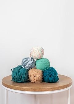 テーブルの上で羊毛を編む