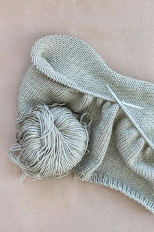 Вязание шерстяной нити крупным планом