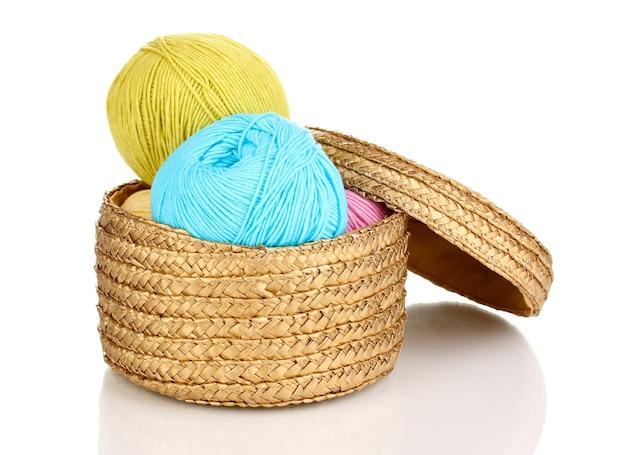 白で隔離のバスケットの編み糸